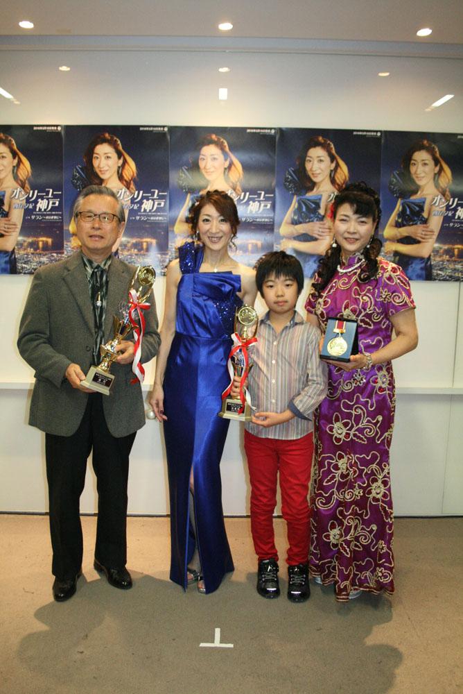 左から優勝の中嶋正光さん、西尾夕紀、準優勝の高山侑土くん、特別賞の石垣秀子さん