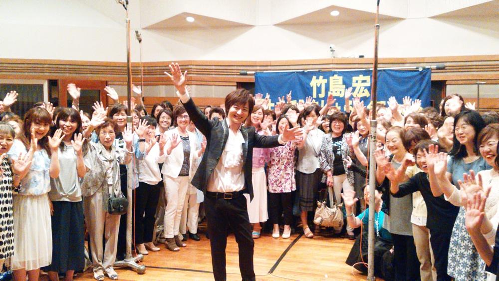 竹島 宏がファン100人と合唱レコーディング