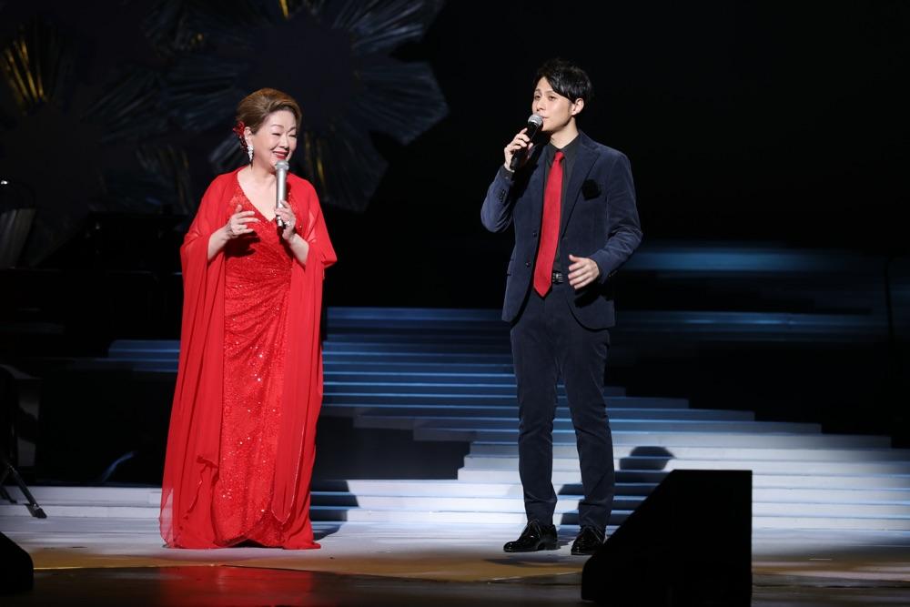 由紀さおり、明治座で50周年記念公演開幕&日替わりゲスト・林部智史とデュエット披露