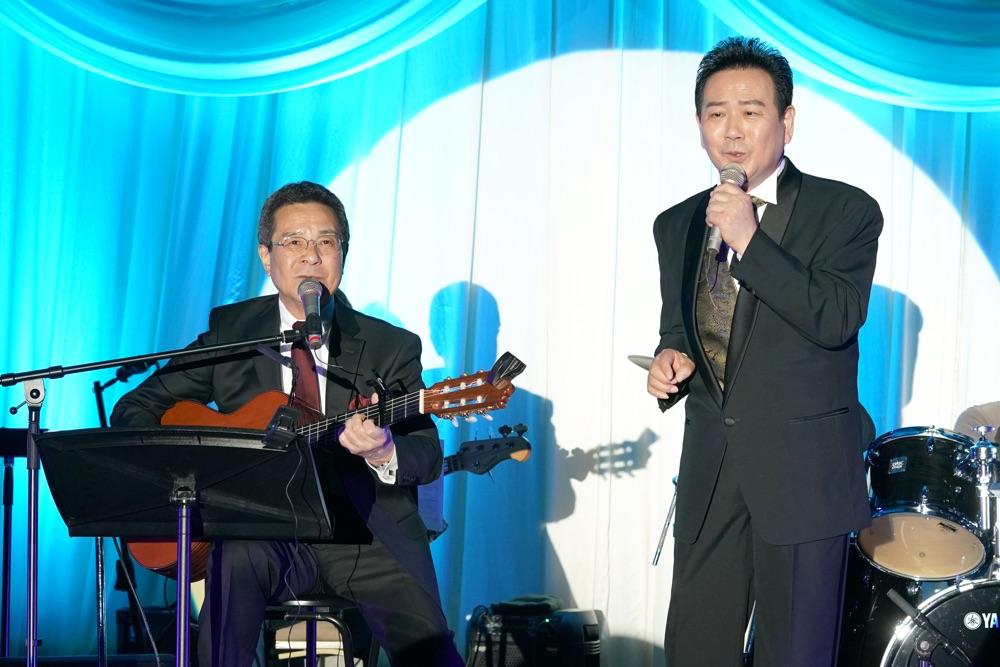 北川裕二、35周年記念ディナーショーで師匠・弦哲也とデュエット披露