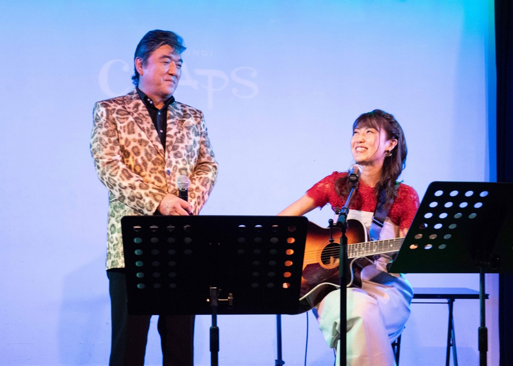 小金沢昇司が、新曲「青春の忘れもの」を作曲したおかゆとジョイントライブ