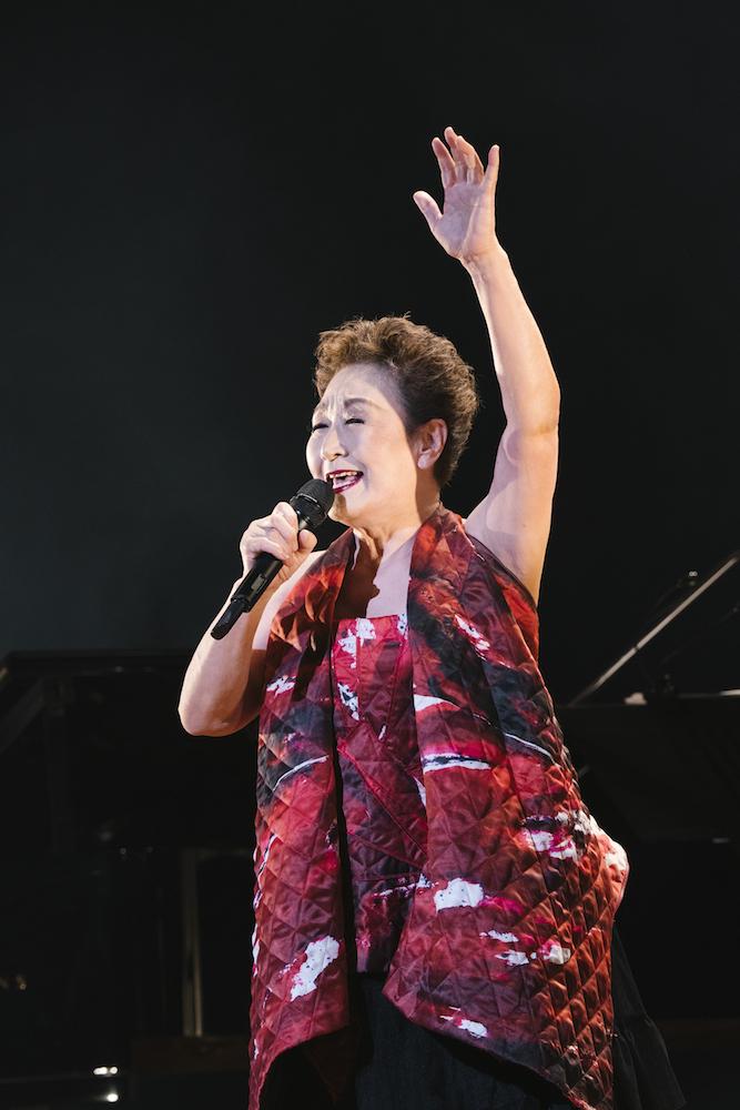 【レポート】加藤登紀子がコロナ自粛後初の大規模コンサートを開催し1000人を動員