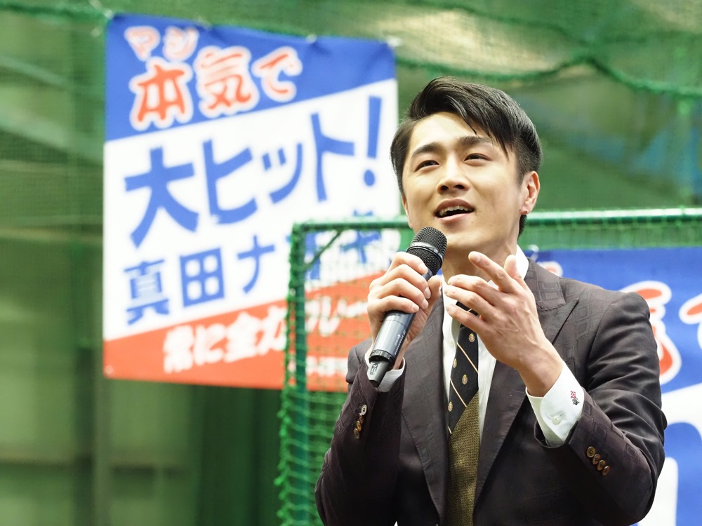 真田ナオキ、新曲発売イベントで憧れのスワローズ・つば九郎と日本一を誓う