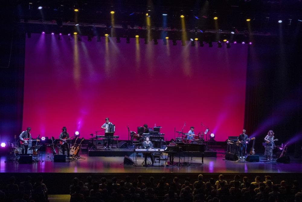 尾崎亜美、レジェンドに囲まれ45周年記念コンサート開催
